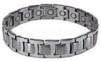 Aangeboden: Armband van titanium op ieder schakel een magneet € 59,-
