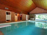 Villa met binnenzwembad en sauna nabij
