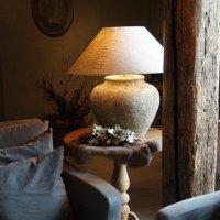 Twee stenen vintage landelijke kruik- tafel-lampen