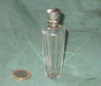 Antiek parfumflesje met zilveren dop en