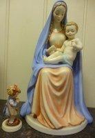 GROOT HUMMELBEELD ; beeldje Maria holding