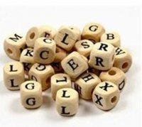 Houten kralen met letters erop /