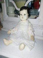 Nostalgische pop met antiek jurkje.
