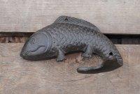 Redelijk grote gietijzeren kapstokhaak vis donkerbruin
