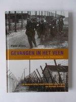 Aangeboden: Gevangen in het Veen. De geschiedenis van de Emslandkampen. 15 onbekende Duitse concentratiekampen langs de grens van Groningen € 12,50