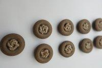Aangeboden: 9 prachtige retro knopen met kraaltjesknoop 20 mm. doorsnee € 9,-